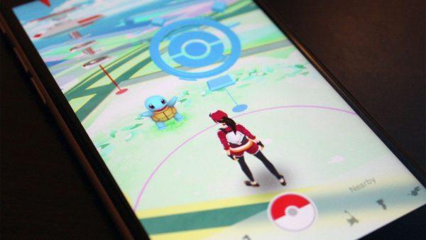Игра Pokemon Go на экране смартфона