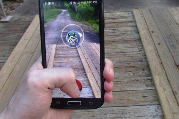 Изображение покемона на экране смартфона